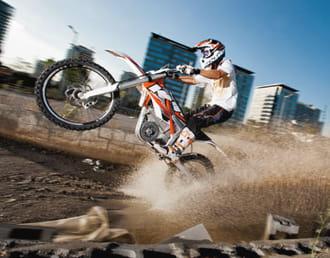 прыжок мотоцикла