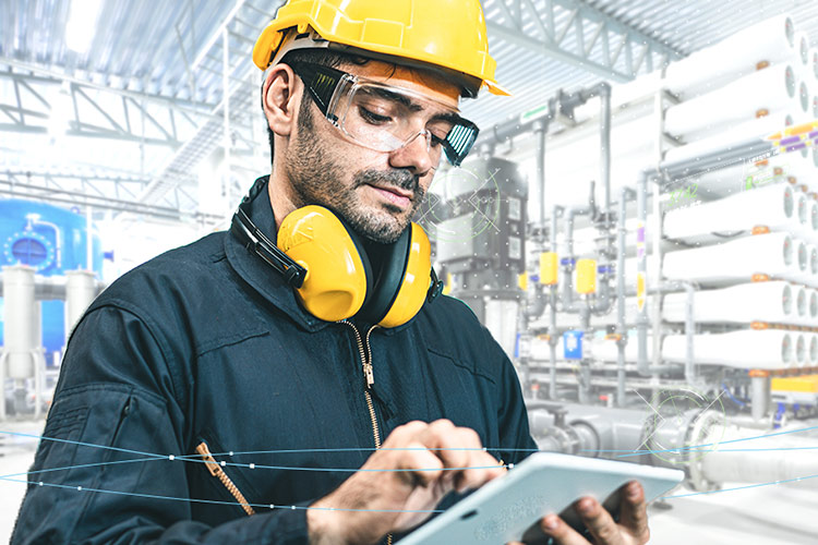 iiot-wp-gartner-man-tablet